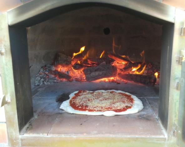 Afbeeldingsresultaat voor pizza buiten bakken